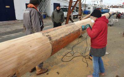 Atelier ponçage du mât aujourd'hui…